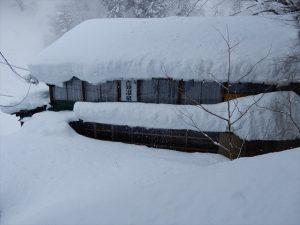 雪にうもれる黒薙温泉旅館