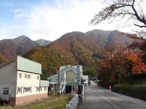 紅葉に彩られた山々