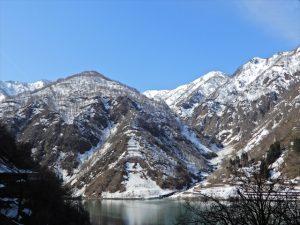 青空と残雪の山々