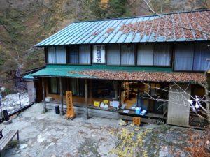 葉っぱが屋根に溜まった旅館