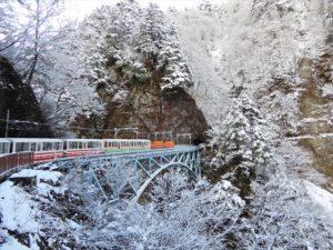 冬の黒部峡谷を走るトロッコ電車
