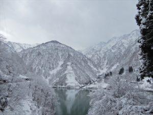 雪で白くなった山々