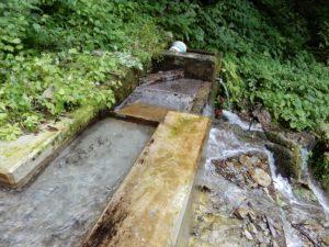 滝の水の取水場所