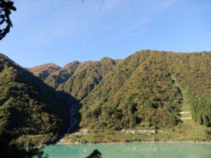 宇奈月ダム湖から見た紅葉