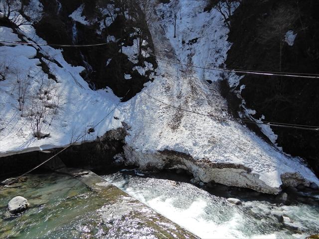 旅館対岸の雪崩