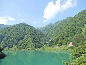 宇奈月ダム湖と山々