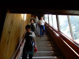 階段を急いで降りる従業員