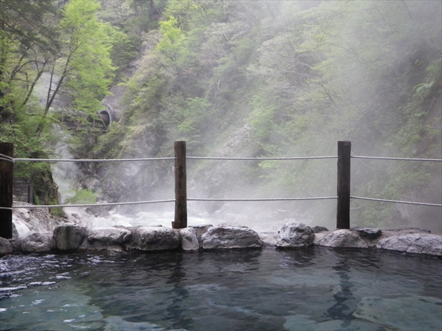 Big outdoor bath in Kuronagi Onsen
