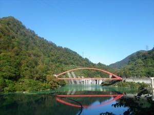 宇奈月ダムの湖面橋