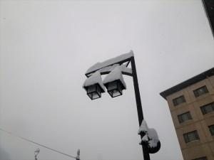 街灯に積もった雪