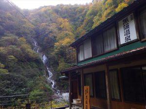 旅館と湯霧の滝