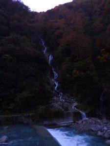 早朝の湯霧の滝