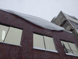 会社の屋根にできた雪庇
