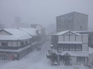 雪で真っ白な宇奈月温泉